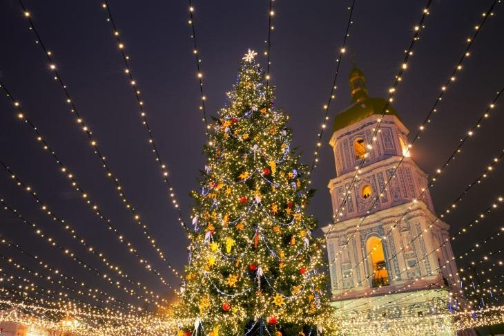 Атмосфера Рождества: 20 самых красивых рождественских елок в Европе