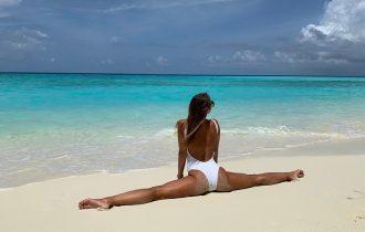 гибкие девушки на пляже