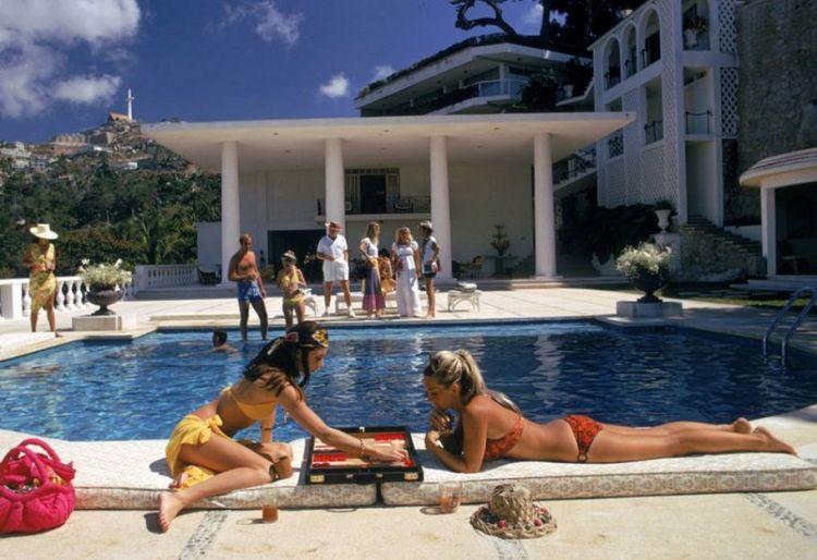 Высшее общество у бассейна в фотографиях Слима Ааронса